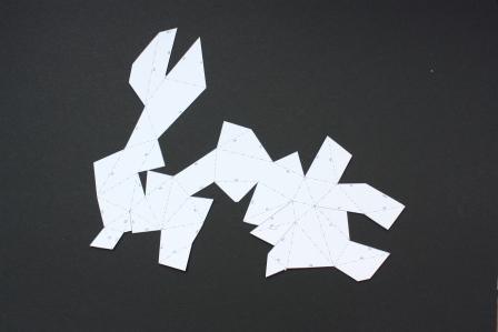 Schneidet alle Teile an ihren durchgezogenen Linien akurat aus.