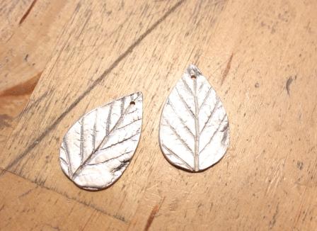 Fertige Silberblätter aus 999er Silber. Fehlen nur noch die Ohrhaken.