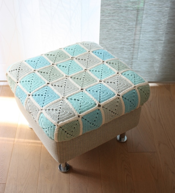 granny square husse f r meinen hocker rundherum. Black Bedroom Furniture Sets. Home Design Ideas