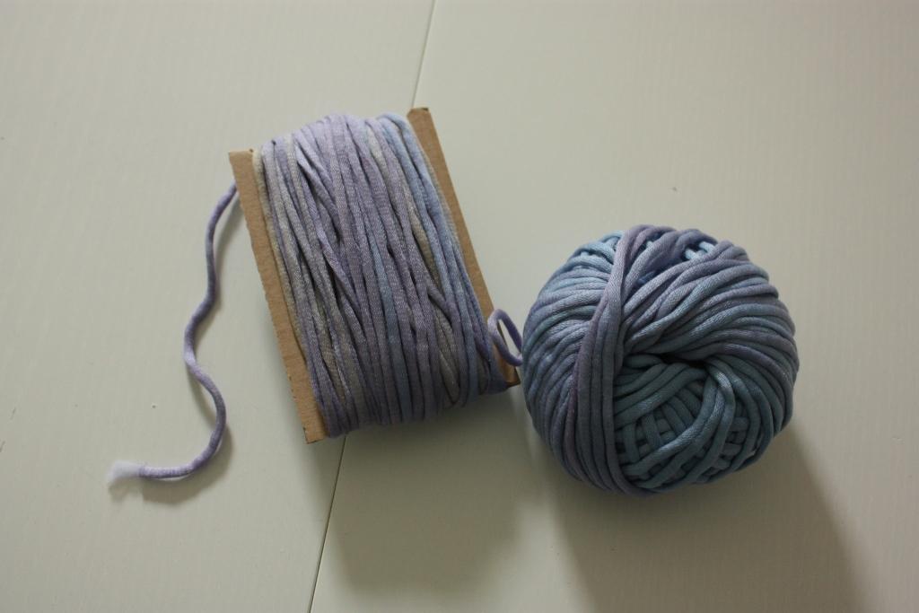 Wolle auf Pappe gwickelt für den Webrahmen