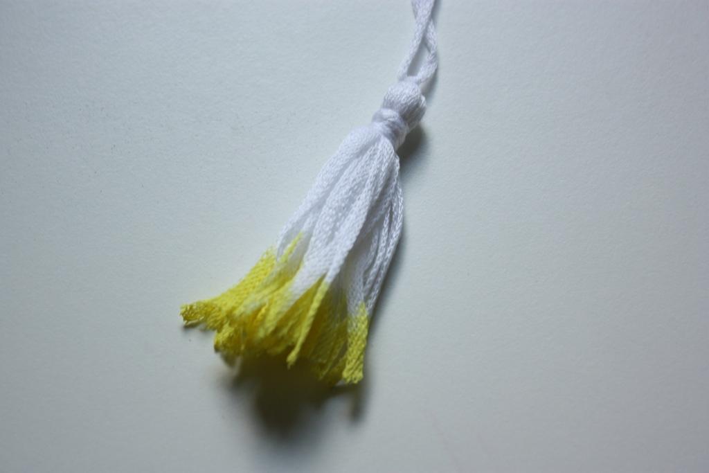 weiße Quast mit gelben Füßchen