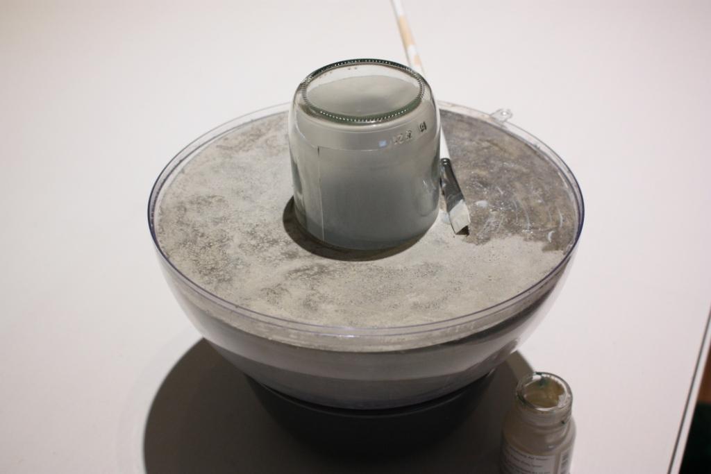 Anlegemilch auf Betonlampe